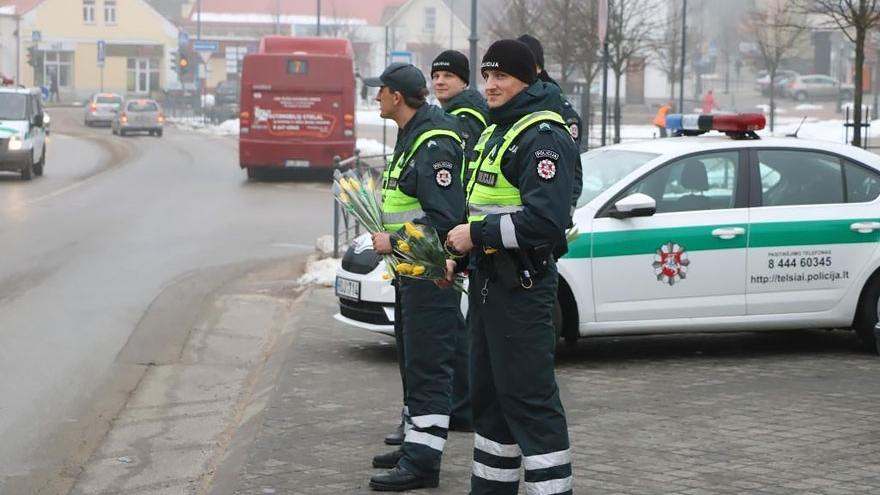 lithuanian-police-officers-give-flowers-international-womens-day-151